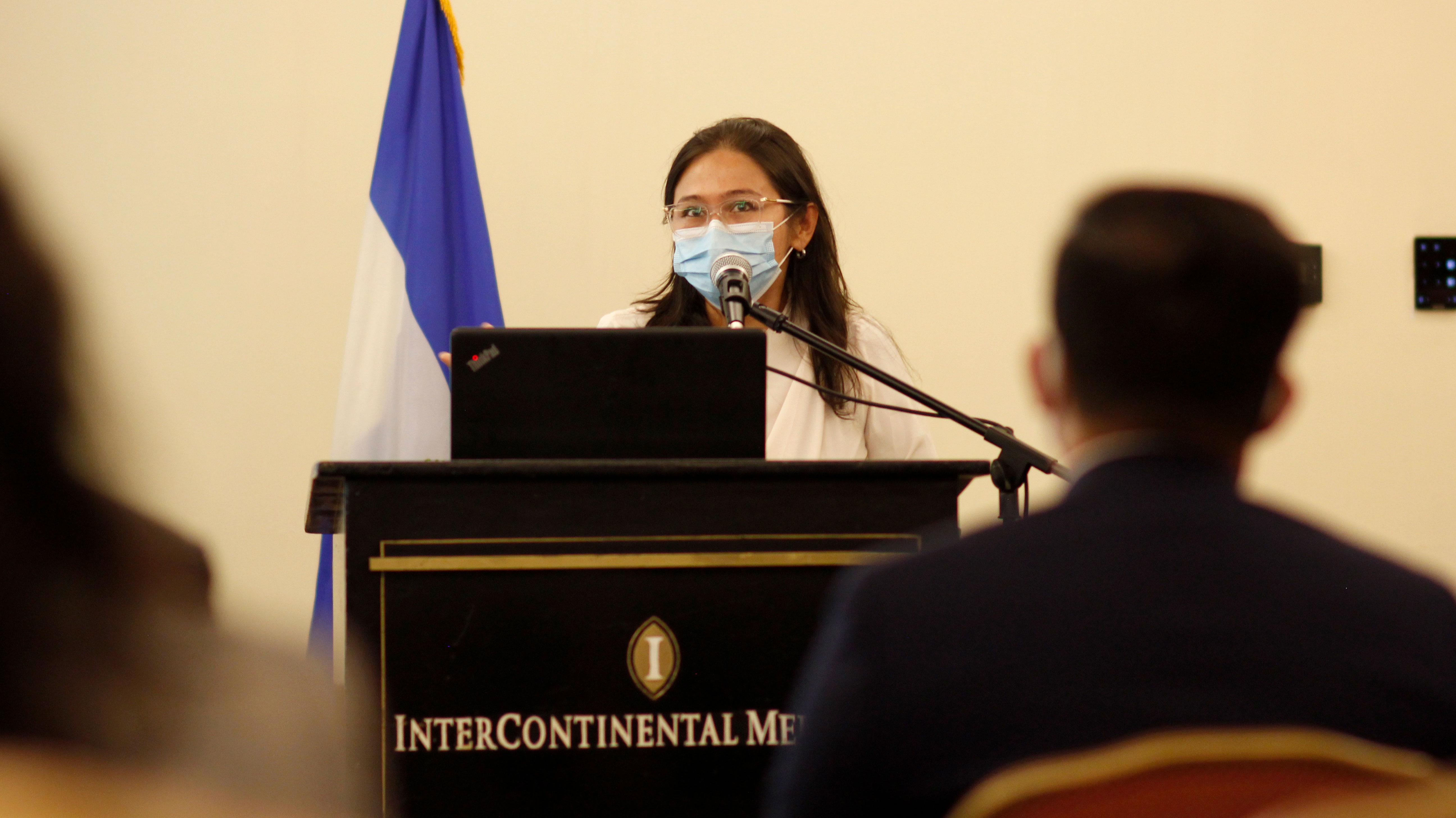 La periodista Jessica Ávalos dirige unas palabras al pleno durante la presentación del Consejoo Consultivo del OUDH